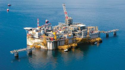 Terminál Adriatic LNG je ukotven asi 14 km od pobřeží, poblíž italského Reviga.
