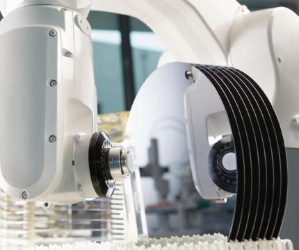 SCHUNK adhezní chapadla s uchopovací technologií Adheso jsou individuálně přizpůsobena příslušné aplikaci. Takto může být manipulováno s deskami a nejmenšími elektronickými díly stejně jako s fóliemi, obrobky nebo díly při montáži aut