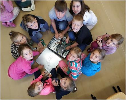 Děti se v zapojených školách hravou formou učí, proč je důležité třídit a recyklovat vysloužilá elektrozařízení. Od poloviny května se budou moci zapojit do recyklované šipkované.