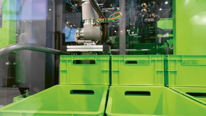 Technologie skinmelt skrývá recyklát pod povrchem materiálu — například u přepravních boxů