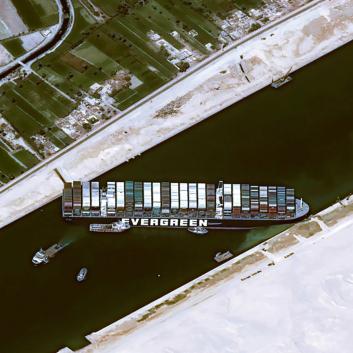 Foto z dronu ukazuje pozici Ever Given po zarytí přídě a zádě do břehů kanálu na 151. plavebním kilometru