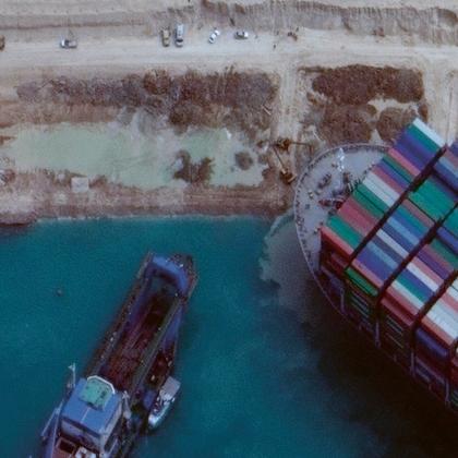 Nejsilnější plovoucí sací a frézovací bagr Marshour začíná odsávat 17 000 m3 písku kolem přídě plavidla