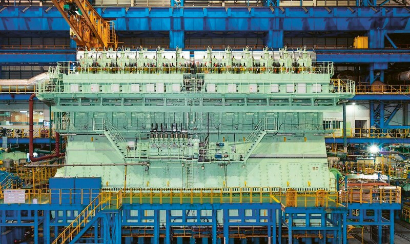 Vzácný pohled do strojovny Ever Given na obří diesel s výkonem 60 000 kW o hmotnosti 23 tisíc t