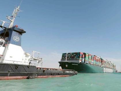 Za pomoci remorkérů se Ever Given vydává směrem k Hořkým jezerům. Suez je uvolněn