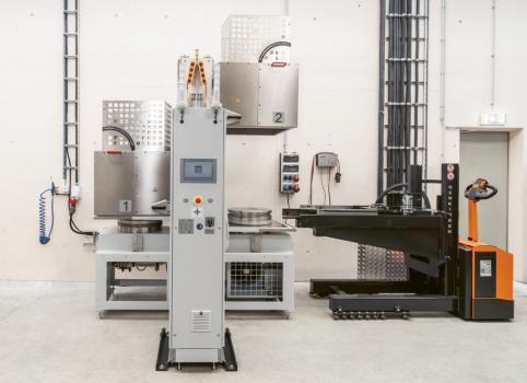Pro optimalizaci využití stroje se polotovary před zahájením výroby zahřívají v topné stanici na procesní teplotu