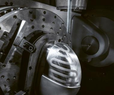 Po vyplnění chladicích kanálků kovovým práškem rozpustným ve vodě následuje další přídavek kovového prášku