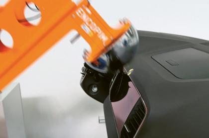 Zkouška pohlcování energie vnitřního vybavení automobilu (v tomto případě přístrojové desky) dle EHK 21