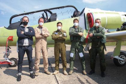 Na společné fotografii jsou zleva: Jan Motyčka (Aero), Vladimír Továrek (pilot Aera), pplk. Martin Pelda, David Jahoda (pilot Aera) a maj. Martin Jambor