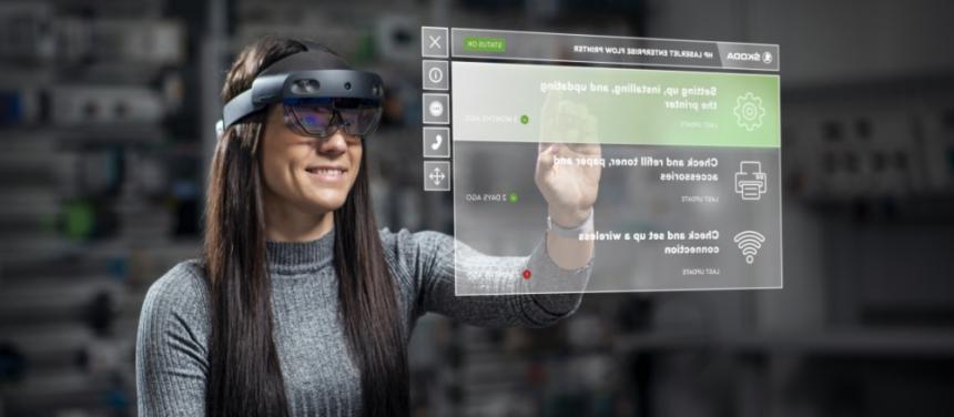 Brýle HoloLens promítají před oči uživatele holografické obrázky příruček, kontrolních seznamů údržby a dalších dokumentů. Pohled přes brýle lze sdílet také s kolegy během videohovorů na technických jednáních a školeních.