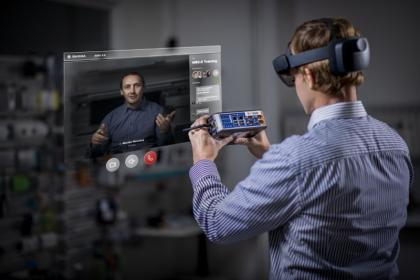 Oddělení Centrálního technického servisu a ŠKODA AUTO FabLab v rámci aktuálního pilotního projektu testují použití technologií rozšířené reality při údržbě výrobních systémů.