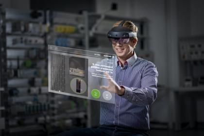 Brýle HoloLens se skládají nejen ze skutečných brýlí, které zviditelňují hologramy, ale také z kamery a projektou. Po nastavení virtuální reprezentace doplňují pohled na skutečné prostředí.