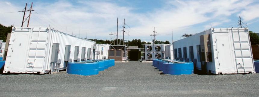 Úložiště společnosti Beacon Power. Setrvačníky jsou umístěny v modrých tubusech, které jsou z větší části umístěny pod zemí /Foto: Beacon Power/