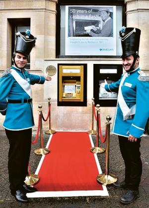 První funkční bankomat na světě s běžným provozem z roku 1957 při jeho oslavách v den 50. výročí (27. června 2017) v britské Barclays Bank. Ta ho nechala k tomuto datu pozlatit