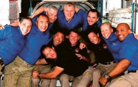 Nadšené přivítání na ISS: v modrém zleva původní část Expedice 65: Michael Hopkins, Soiči Noguči, Mark Vande Hei, Oleg Novickij, Pjotr Dubrov, Shannon Walkerová a Victor Glover. Vepředu uprostřed nová posádka: zleva Thomas Pesquet, Akihiko Hošide, Shane Kimbrough (velitel) a Megan McArthurová