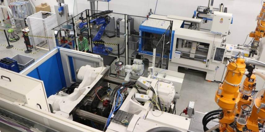 V Technologickém centru skupiny KUBOUŠEK zákazníci testují nové technologie na nejmodernějších strojích KraussMaffei od 800 do 4500 kN s podporou zkušených aplikačních inženýrů tohoto centra.
