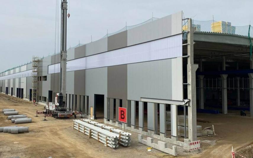 KraussMaffei masivně investuje do budoucnosti. V Parsdorfu poblíž Mnichova buduje svou novou centrálu a moderní výrobní závod na rozloze 250 000 m2. Výrobní závody současně staví nebo rozšiřuje na dalších dvou místech v Německu, v čínském Jiaxingu a také zvyšuje kapacity svého inovačního centra v USA.