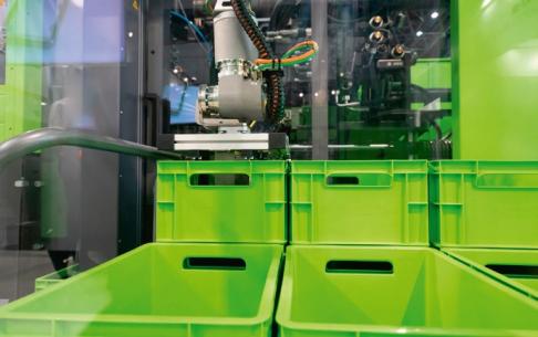 Obr. 3: Technologie skinmelt skrývá recyklát pod povrchem z nepoužitého materiálu – například u přepravních boxů.