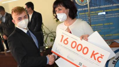 Vítěz Filip Hošťálek při přebírání šeku