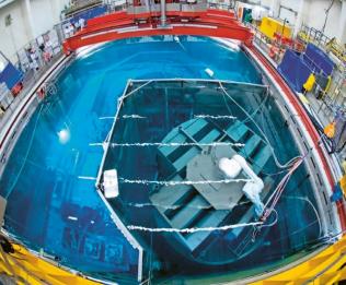Rozřezávání dílů reaktoru vodním vysokotlakým paprskem robotem Stäubli TX 200 HE je světovým unikátem