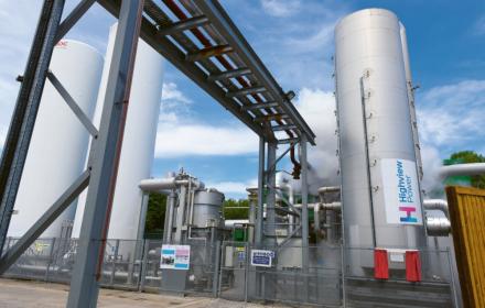 Snímek pilotního provozu na skladování energie firmy Highview Power v anglickém Slough. Systém nevyužívá stlačený, ale přímo zkapalněný vzduch /Foto: Highview Power/