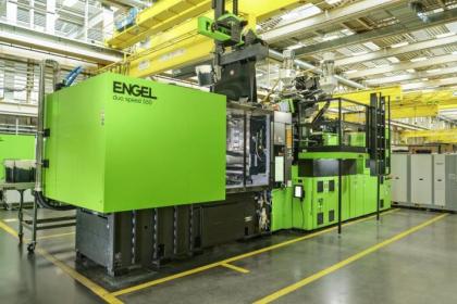Vysoká hospodárnost je zajištěna také díky kompaktní dvoudeskové technologii společnosti ENGEL. Stroj duo speed je u všech velikostí uzavírací síly kratší než srovnatelné vstřikovací stroje používané v této oblasti, což šetří nákladnou plochu haly. (Obrázek: ENGEL)