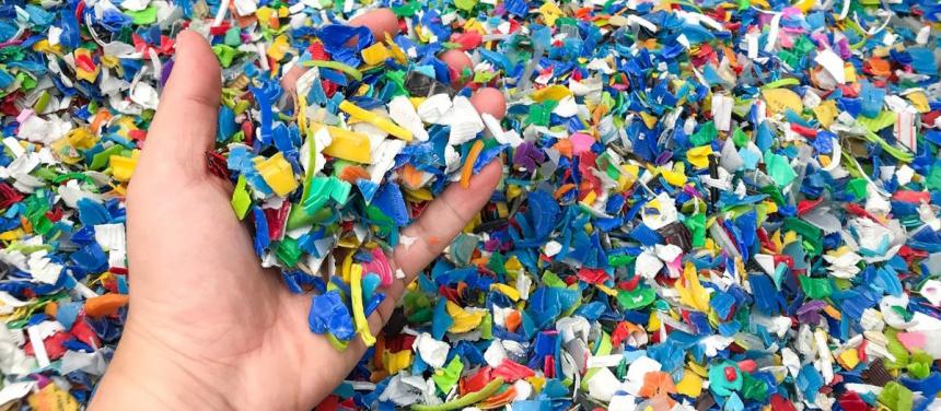 Cílem inovace je zpracování plastových vloček, které pochází například ze sběru starého plastu, bez granulování přímo ve vstřikování plastů.  /Obrázek: iStock/