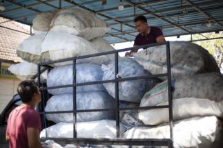 Surovina namísto odpadu. Společnost ENGEL ve spolupráci s Plastic Bank podporuje sběr a zpracování nejméně 120 tun plastového odpadu v Indonésii.