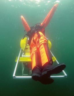 Zkoušky na vyzvednutí tonoucího prováděl Institut IOSB na 80 kg figuríně