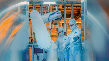 Lidé zasahují do výrobního procesu pouze pro účely údržby. Když analýza podpisu zjistí nedostatky, znovu nastaví rameno robotu. Algoritmus AI určuje, kdy je nutný zásah; lidé rozhodují, co je třeba upravit