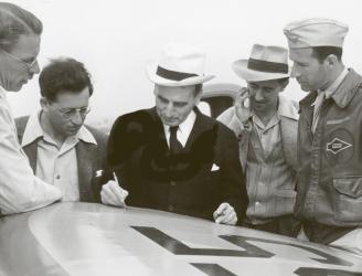 Theodor von Kármán (uprostřed v bílém klobouku) a část jeho skupiny JATO v roce 1943