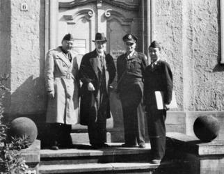 V poraženém Německu, 1945: zleva Dr. Hugh L. Dryden, významný německý aerodynamik (a nacista) Ludwig Prandtl, Theodor von Kármán a plukovník USA Čchien Süe-sen