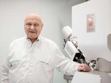 Jaroslav Klíma u elektronového mikroskopu TESCAN