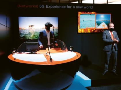 Na stánku společnosti Orange předváděli dálkové řízení člunu pomocí virtuální reality a sítě 5G