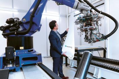 Při výrobě lopatek malých větrníků vyvíjejí v IAP technologii s využitím robotů