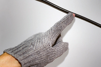 Bezdrátová detekce elektrického napětí pomocí světélkujícího zakončení chytré rukavice