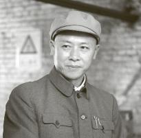 """Profesor Čchien Süe-sen, šedá eminnce čínské kosmonautiky, po návratu z USA v """"elegantním"""" obleku à la montérky"""