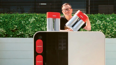 Šéf firmy Lavo Alan Yu s prototypem jednotky s kapacitou 40 kWh/ Foto: Lavo/