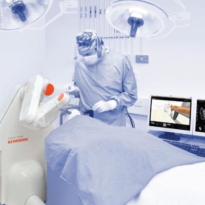 Neurochirurg ovládá kloubové robotické rameno. Hlava pacienta je upevněna v rámu k základně robota. Robot přesně nasměruje chirurgické nástroje do polohy na základě vyšetření na výpočetní tomografii (CT).