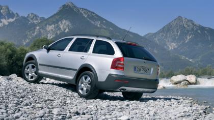 V období 2004 až 2013 měli zákazníci k dispozici druhou generaci modelu ŠKODA OCTAVIA. V září 2006 se představila její atraktivní outdoorová varianta OCTAVIA SCOUT s pohonem 4×4 a světlou výškou 180 mm.