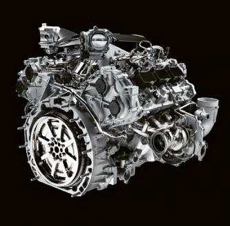 Motor Nettuno má turbodmychadla umístěna vedle motoru a každé pohánějí výfukové plyny z trojice válců