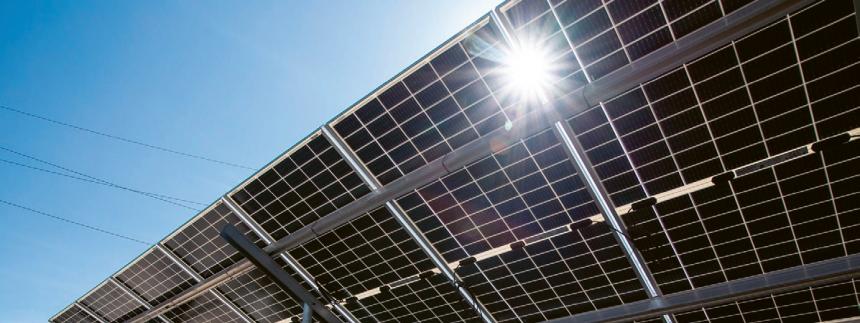 Oboustranný fotovoltaický panel v areálu elektrárny Ledvice, kde společnost ČEZ ověřuje vlastností panelů pro plánované větší FVE zdroje /Foto: ČEZ/