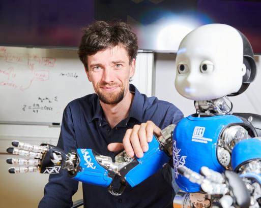 """""""Je to první robot, o kterém se dá prohlásit, že je vybaven všemi smysly,"""" říká dr. Matěj Hoffmann"""