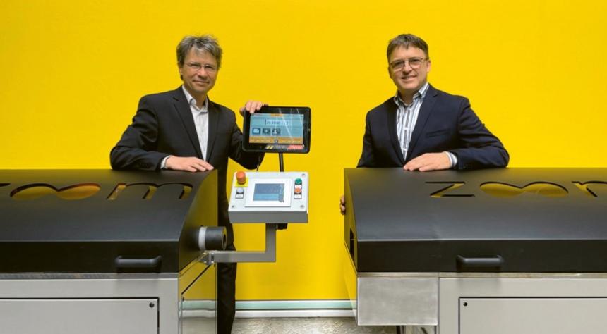 Bernard Mullie, zakladatel firmy Bematech (vpravo), představuje unikátní stroj na výrobu velkoplošných rolet