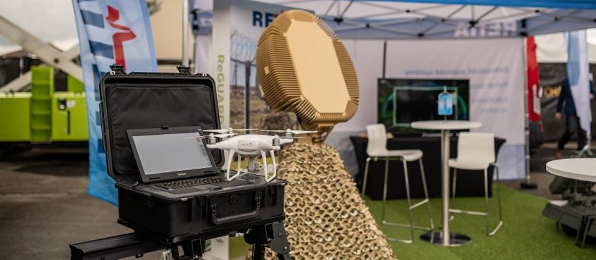 Radar ReGUARD je víceúčelový 3D radar pro detekci a současné sledování pozemních cílů a pomalých nízko letících cílů s malou odraznou plochou (LSS, UAV). Radar ReGUARD prohledává prostor pomocí elektronického vychylování paprsku. Radar je možno dodávat s pevnou nebo rotující základnou. /Ilustrační foto/