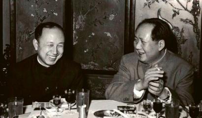 """Čchien Süe-sen s """"Velkým kormidelníkem"""" Mao Ce-tungem v srdečném rozhovoru"""
